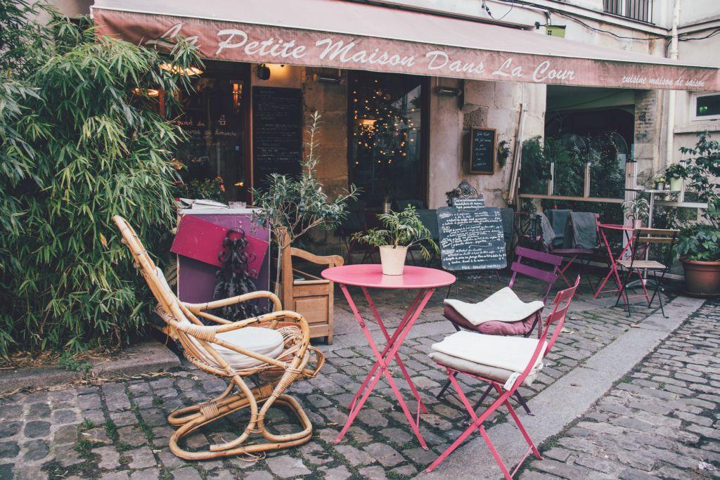 Die Teestube Le Petite Maison Dans La Cour in Paris mit schönem Innenhof