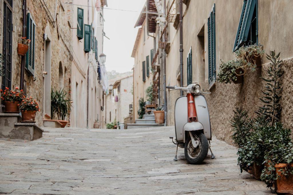 Eine Vespa in der schönen Straßen in Castiglione della Pescaia in der Toskana