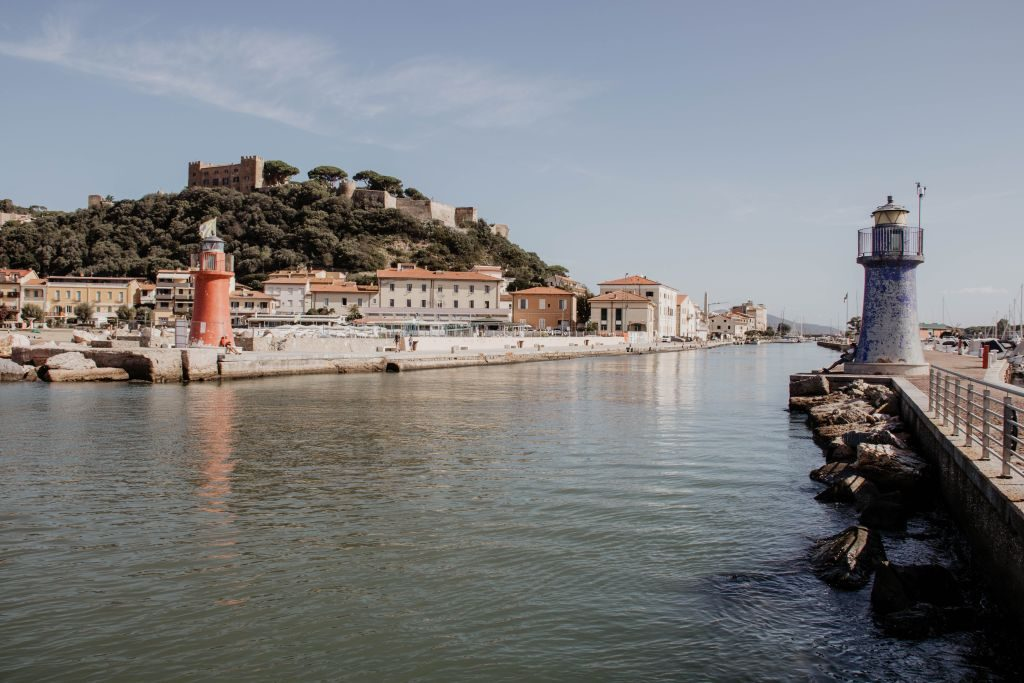 Blick auf Burg und Hafen in Castiglione della Pescaia in der italienischen Region Toskana