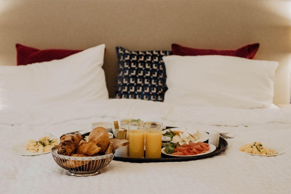 Kaum zu übertreffen: Frühstück im kuschligen Hotelbett.
