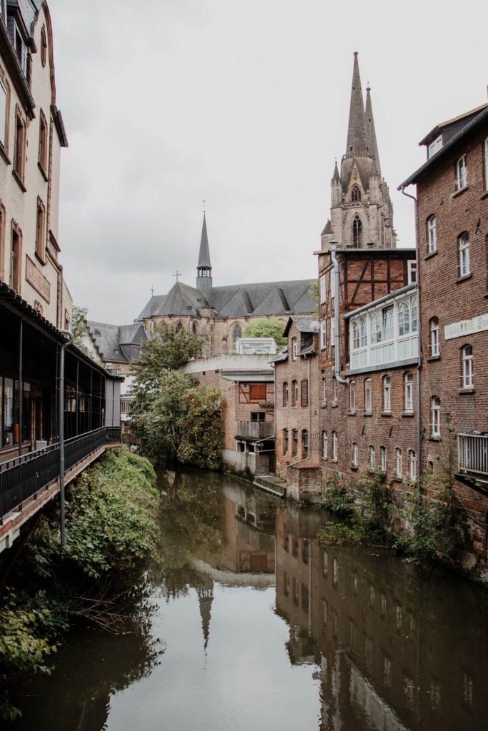 Ein Nebenarm der Lahn windet sich durch die Altstadt.